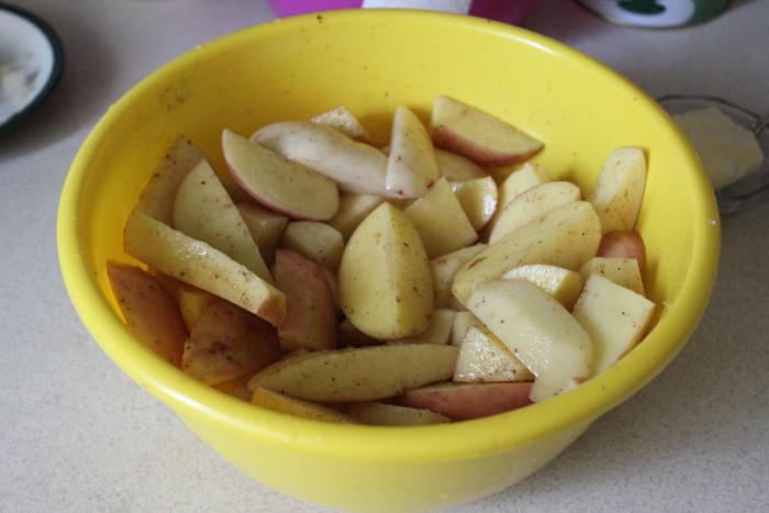 Молодая картошка запеченная в духовке с колбаской и овощами - жаркое в горшочке