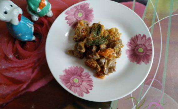 Куриные желудки тушеные на сковороде с луком и морковью