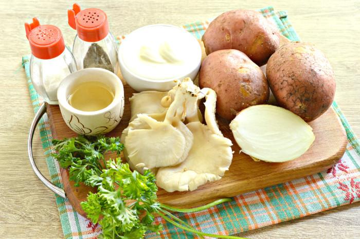 Грибы с картошкой и сметаной на сковороде