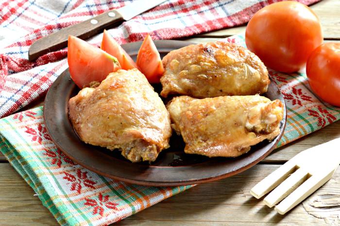 Запеченные куриные бедра в маринаде из майонеза и соевого соуса