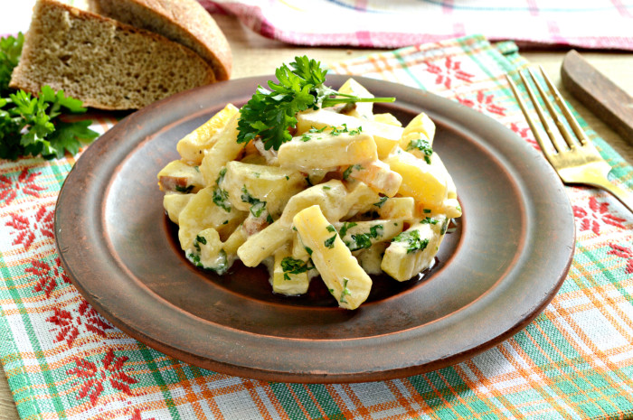 Картошка с грибами со сметаной на сковороде