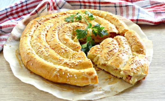 Слоеный пирог с сыром и колбасой Улитка