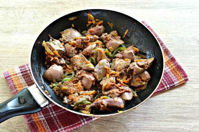 Тушеная куриная печень с овощами на сковороде