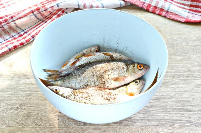Мелкая речная рыба жареная на сковороде