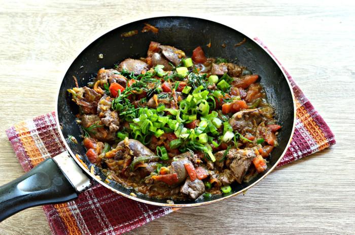 Куриная печень тушеная с овощами на сковороде