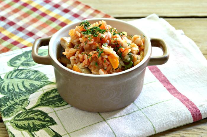 Рис с курицей и овощами на сковороде