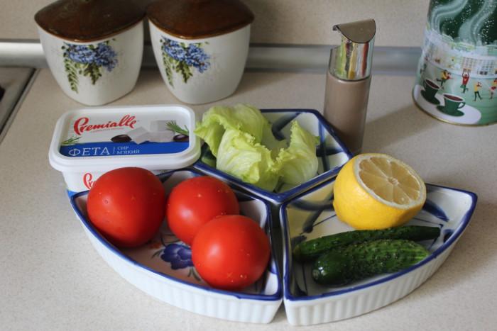 Салат с сыром фета и овощами