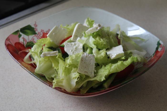 Салат с фетой и помидорами, огурцами и листьями салата