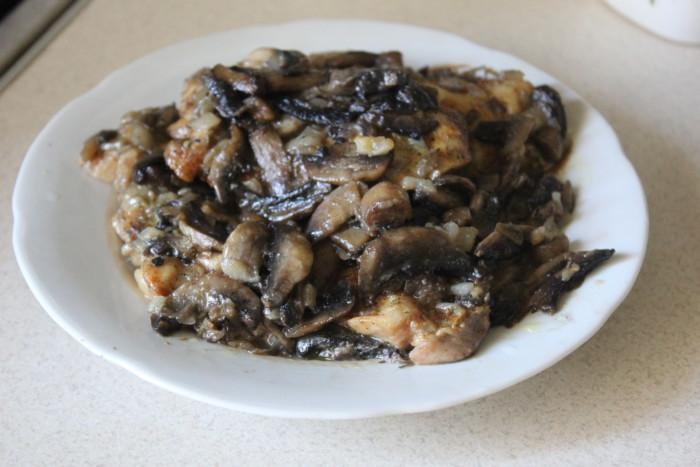 Запеченные куриные бедра с грибами в духовке