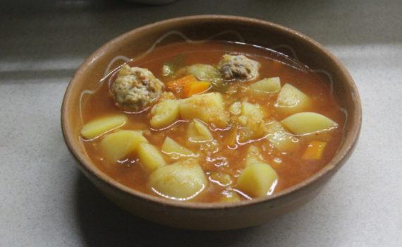 Томатный суп из чечевицы с картофелем и фрикадельками
