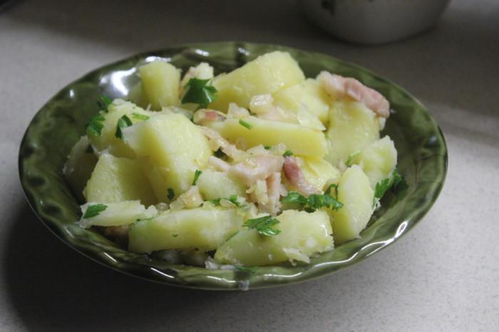 Молодой картофель с беконом и чесноком - вкусно и просто