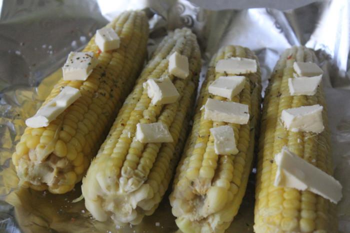 Молодая кукуруза в духовке в фольге с маслом и специями