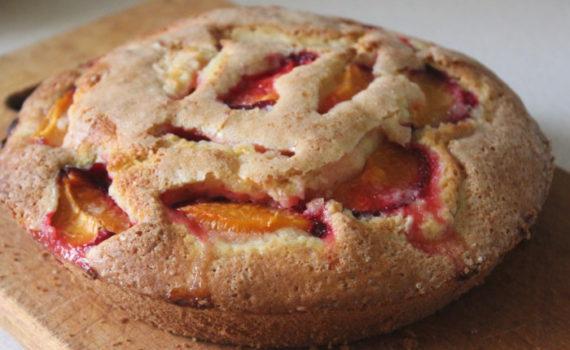 Заливной пирог с абрикосами на кефире - вкусный и быстрый