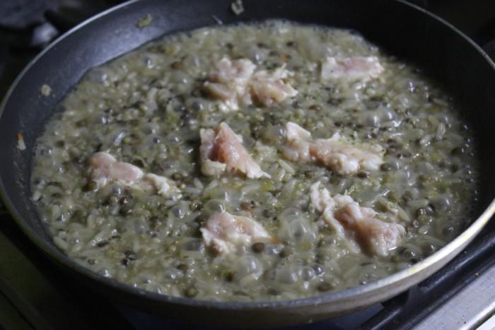 Куриный плов с чечевицей и рисом на сковороде