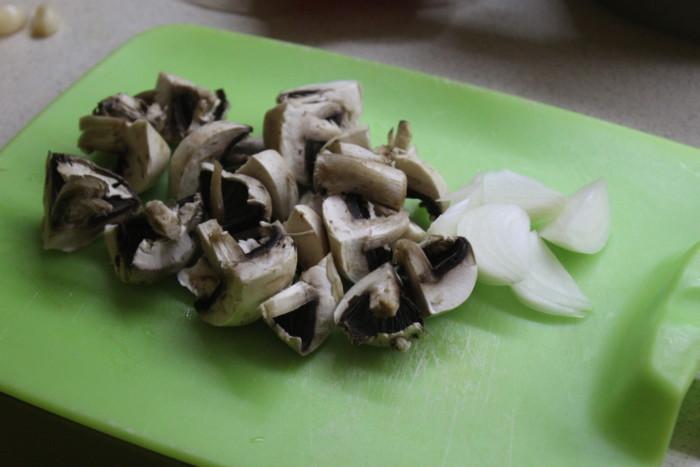 Теплый салат с картофелем и грибами - картофельный салат по-деревенски