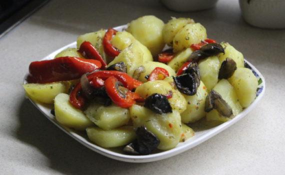 Теплый салат с картофелем и грибами - Деревенский салат