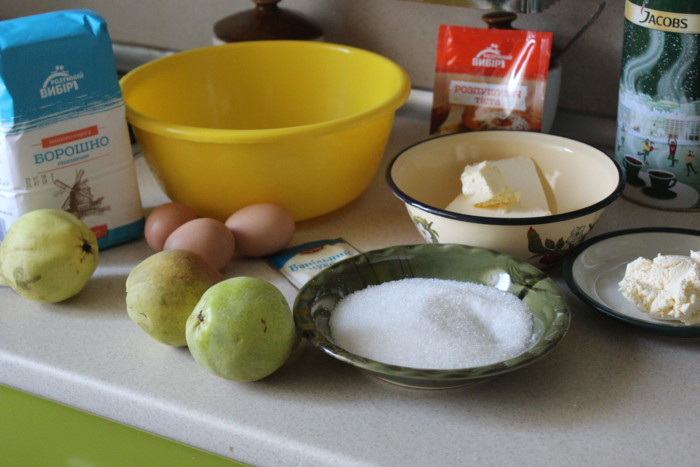 Открытый песочный пирог с грушами, заварным кремом и суфле в духовке