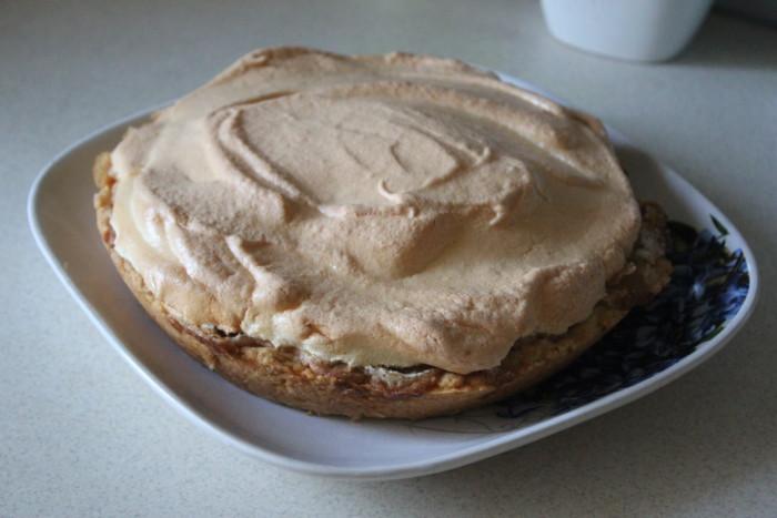 Открытый песочный грушевый пирог с карамельной заливкой и безе