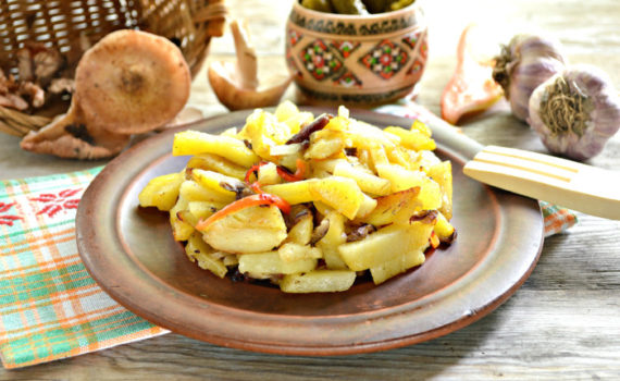 Жареная картошка с опятами на сковороде