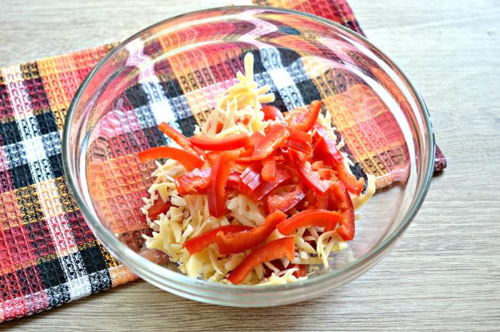 Салат с черри, сыром, яйцом и корейской морковкой - простой и вкусный