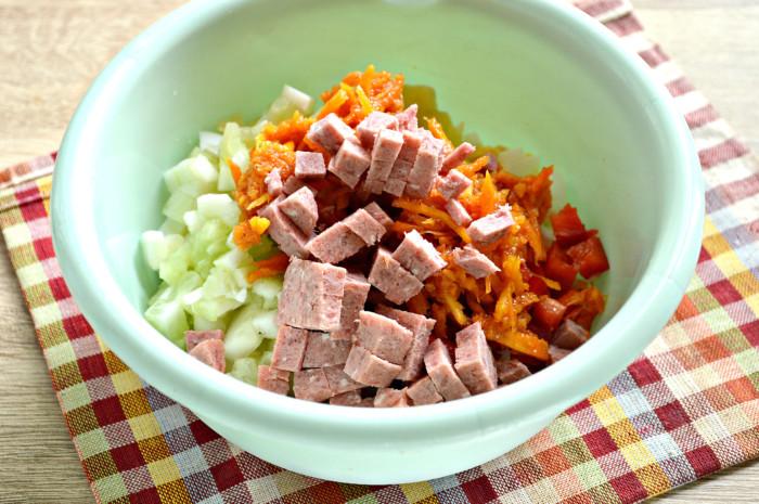 Картофельный салат с корейской морковью и колбасой, яйцами и болгарским перцем