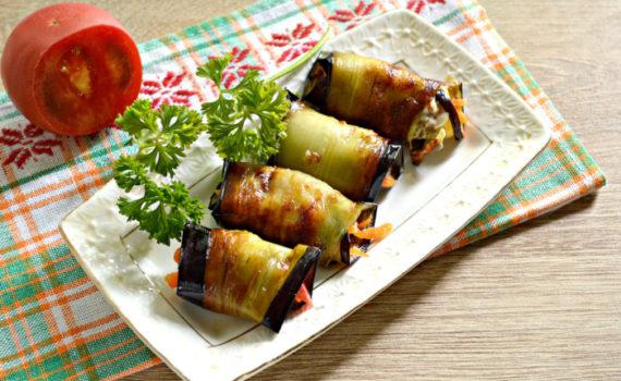 Закусочные рулетики из баклажанов с корейской морковкой и помидорами
