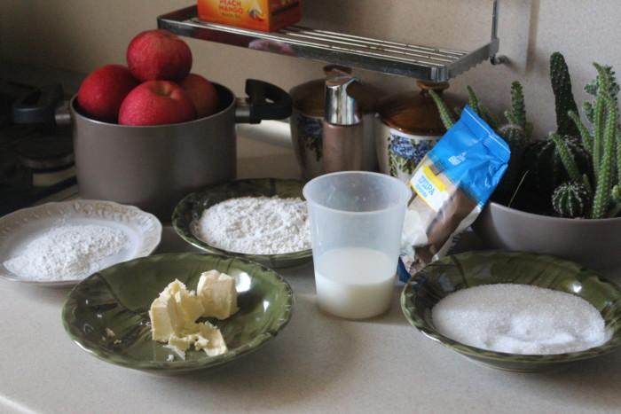 Простой яблочный пирог с имбирем на молоке