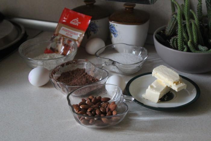 Шоколадный кекс с целыми грушами, орехами миндаля и какао