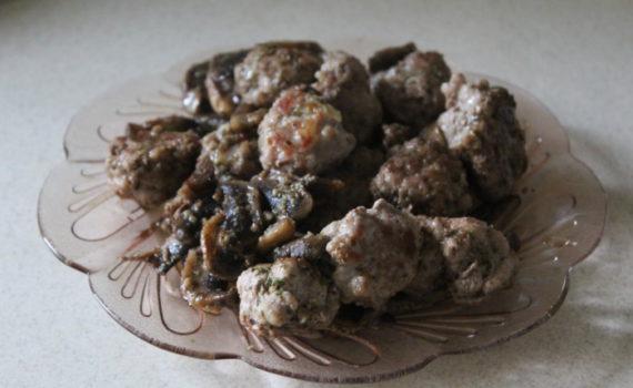Шампиньоны и мясные шарики в сметанном соусе