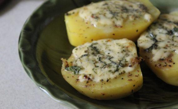 Печеная картошка с сыром в духовке - праздничный гарнир из картофеля