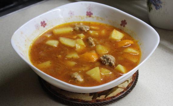 Томатный суп с фрикадельками и картошкой с венгерским перцем