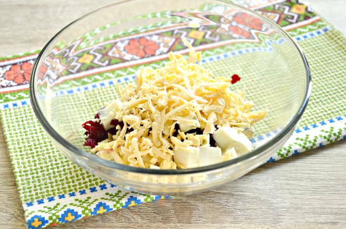 Свекольный салат с сыром и яйцом, чесноком и майонезом
