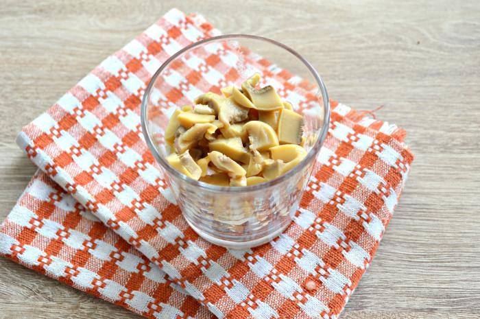 Овощной салат с консервированными шампиньонами резаными
