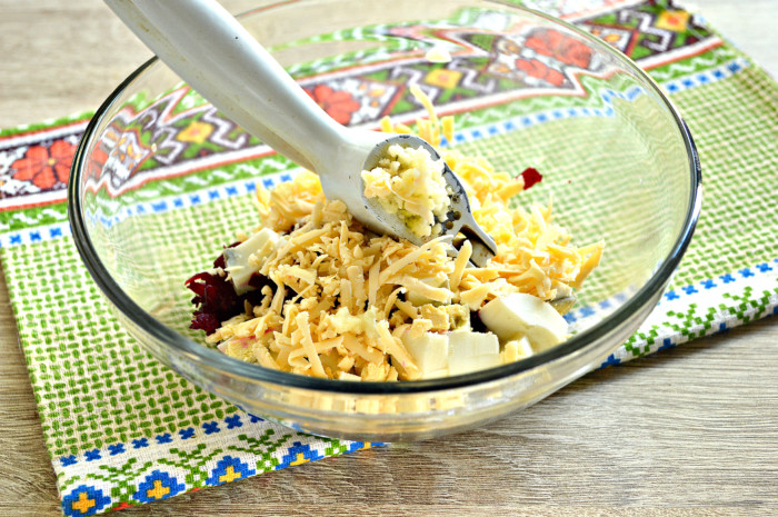 Салат из свеклы с яйцом и сыром, чесноком и майонезом