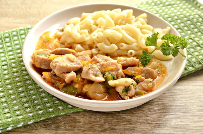 Мясная подлива из свинины с томатной пастой - к макаронам или пюре