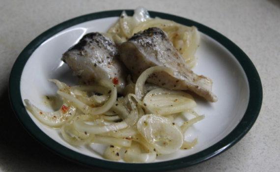 Щука маринованная в уксусе с луком и специями быстрого приготовления