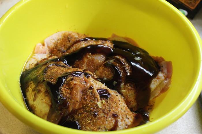 Запеченные куриные бедра в соусе терияки с овощами и грибами