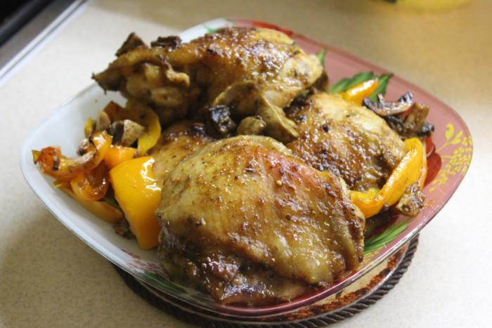 Запеченные куриные бедра терияки с овощами и грибами