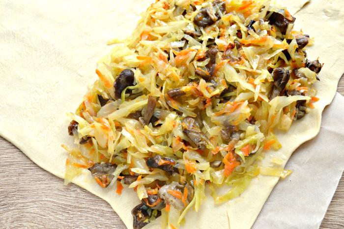 Слоеный пирог с капустой и грибами из готового слоеного теста в духовке