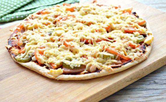 Бездрожжевая пицца из слоеного теста с колбасой и сыром, курицей и огурцами