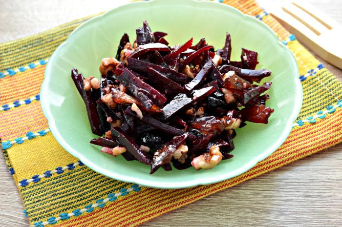 Свекольный салат с черносливом и орехами, с финиками и оливковым маслом