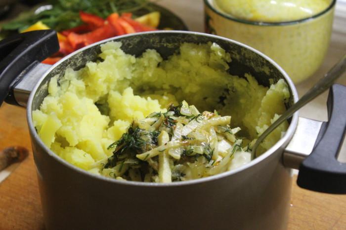 Картофельное пюре с сельдереем и жареным луком - вкусный и оригинальный гарнир