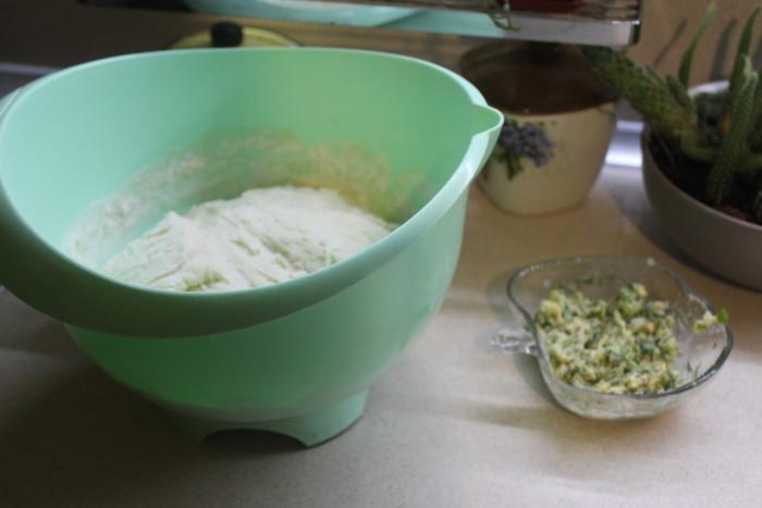 Несладкие булочки из дрожжевого теста с начинкой из сыра, чеснока и лука