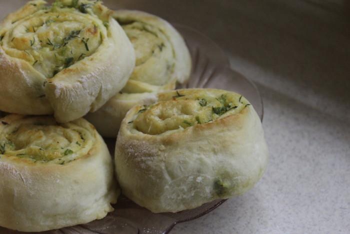 Несладкие дрожжевые булочки с сыром и чесноком в духовке