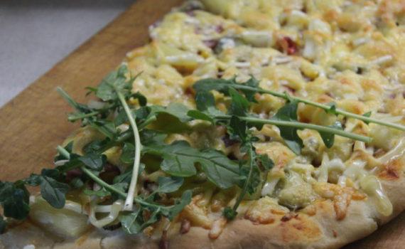 Домашняя пицца с фаршем и огурцами, ананасами, ветчиной и рукколой