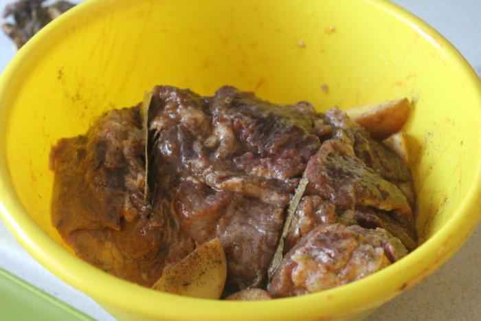 Свинина запеченная с яблоками в духовке в фольге