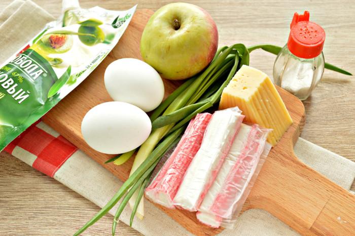 Очень вкусный салат с крабовыми палочками, сыром и яблоком