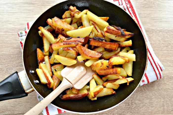 Жареная картошка с сыром на сковороде - вкусный картофельный гарнир