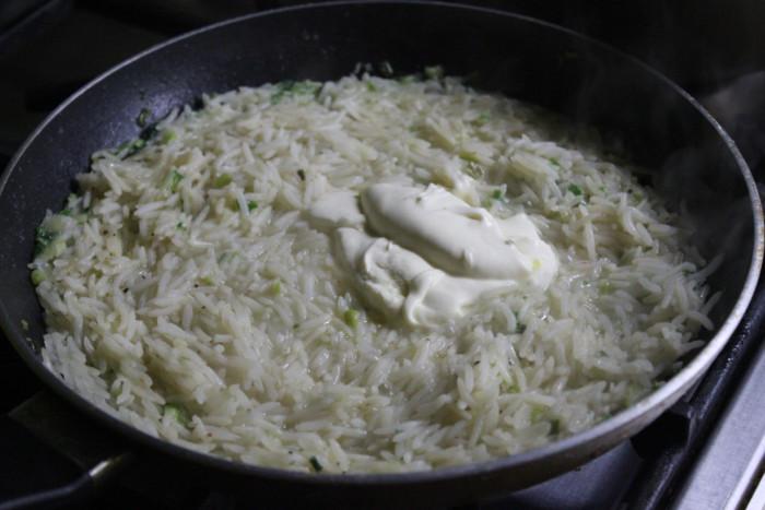 Рис со сметаной на сковороде - простой и вкусный гарнир из риса