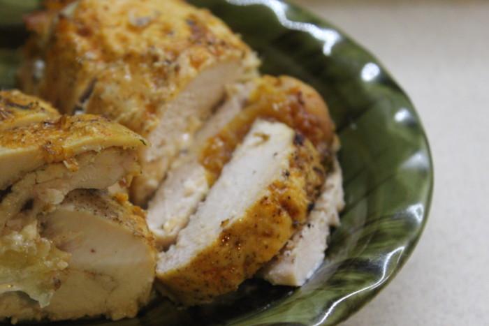 Куриные рулеты с курагой и ананасами - вкусная и сытная закуска к праздничному столу